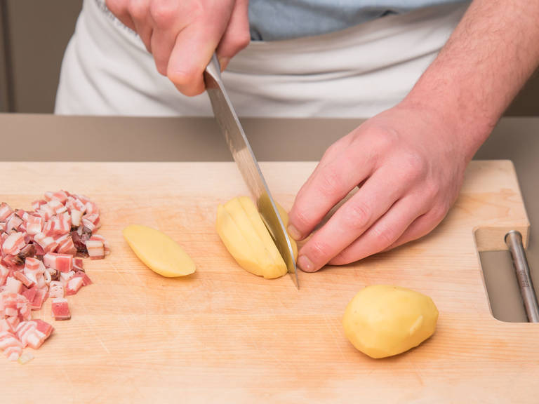Dice bacon into small cubes. Peel and finely dice onion. Peel and dice potatoes and carrots. Remove tops and ends and slice celery and leeks.