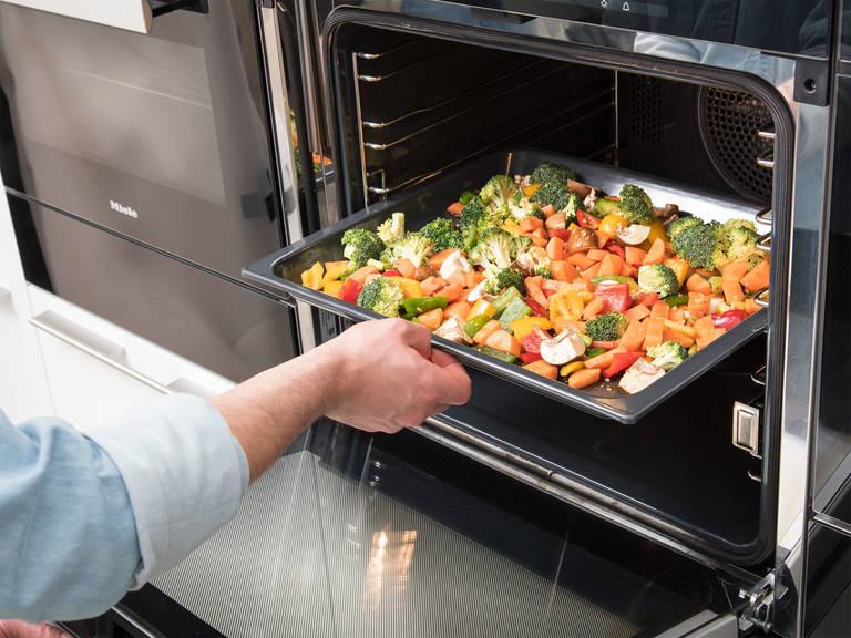 Die Hälfte der Soße über das Gemüse gießen und gut vermengen. Mit Salz und Pfeffer würzen. Ein Backblech mit Pflanzenöl einfetten und das Gemüse darauf verteilen. Im Backofen bei 200°C ca. 15 Min. backen.