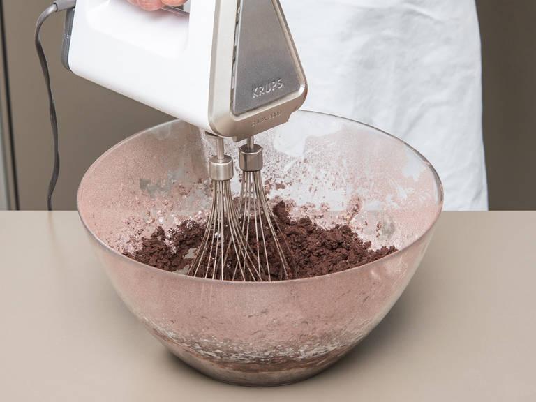 Mehl, Kakaopulver und Backpulver in einer Schüssel vermengen. Weiche Butter, Puderzucker, Vanilleextrakt und eine Prise Salz in einer großen Schüssel schaumig schlagen. Anschließend das Ei in die Schüssel schlagen und vermengen. Die Mehl-Kakao-Mischung dazugeben und unterrühren. Die Hälfte des Pfefferminzöls tropfenweise dazugeben und zwischendurch abschmecken. Den Teig zu einer Rolle formen und in Frischhaltefolie einwickeln. Ca. 1 Std. im Kühlschrank ruhen lassen.