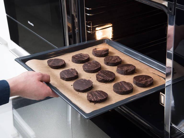 Backofen auf 175°C vorheizen. Die Teigrolle in ca. 1 cm breite Scheiben schneiden und auf ein mit Backpapier ausgelegtes Backblech legen. Die Kekse ca. 10 - 12 Min. backen und anschließend ca. 30 Min abkühlen lassen.
