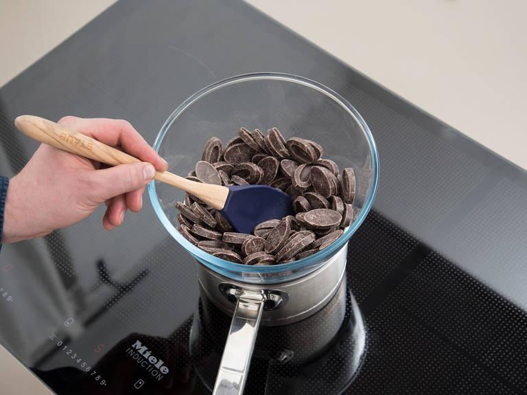 Zartbitterschokolade grob hacken. In eine hitzebeständige Schüssel geben und über einen Topf mit köchelndem Wasser stellen Unter Rühren schmelzen lassen. Restliches Pfefferminzöl tropfenweise dazugeben, nach jedem Tropfen abschmecken und gut vermengen. Die abgekühlten Kekse komplett in die Schokolade tauchen, kurz abtropfen lassen und auf Backpapier oder ein Kuchengitter legen. Weiße Schokolade schmelzen. Mit einer Gabel über die Kekse träufeln. Minztaler im Kühlschrank lagern und gekühlt genießen. Guten Appetit!