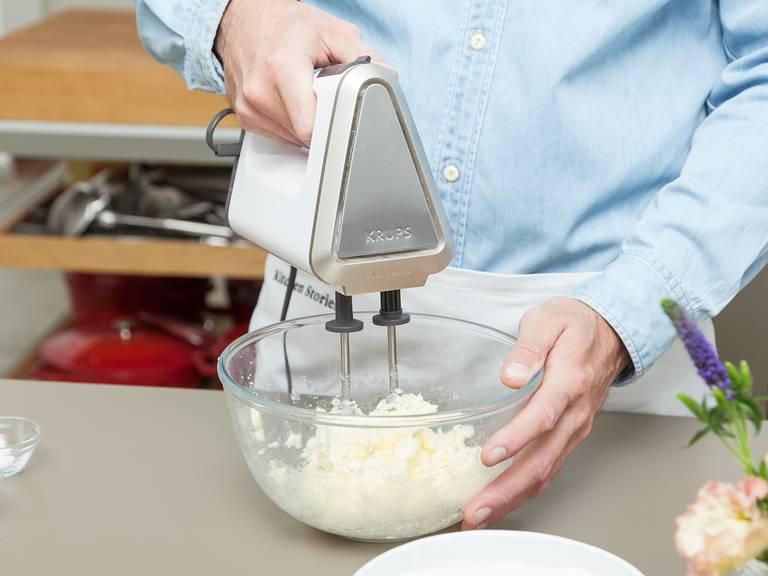 将烤箱预热至175℃。在烤模上铺好烘焙纸。将黄油、糖和盐倒入一个大碗中,用手持搅拌机搅打至起泡。倒入蛋黄。在另一个碗中混合面粉和泡打粉。慢慢地用搅拌器将干湿两类食材搅拌混合,直至形成柔滑面糊。