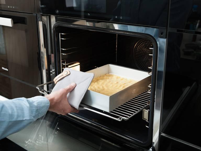 将面糊倒入烤模中,抹匀表面。放入烤箱中,以175℃烤25分钟,直至外表变成金棕色。静置至少1小时,待其彻底冷却。
