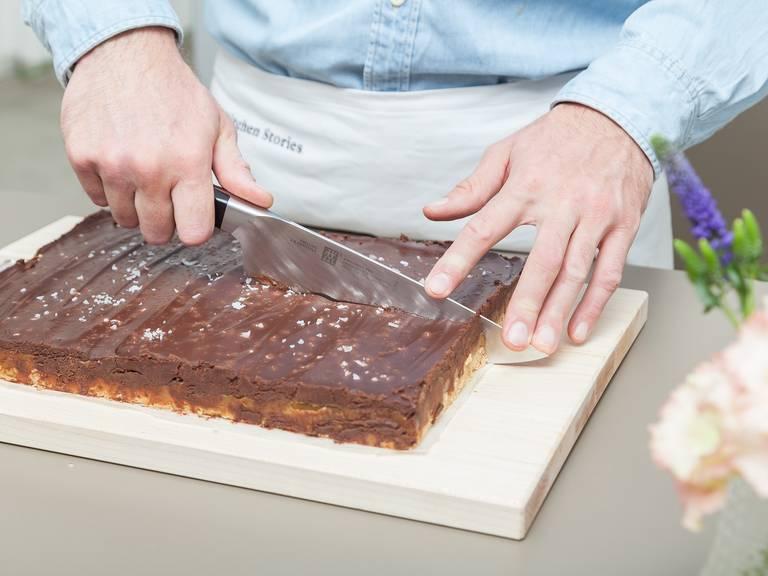 将黑巧克力放入耐热碗中,隔水加热融化。关火取下后,拌入浓奶油。将巧克力混合物均匀地抹到放凉了的焦糖层上,撒上海盐。再次冷藏2小时,直至巧克力凝固。从冰箱中取出,切成方块后享用。