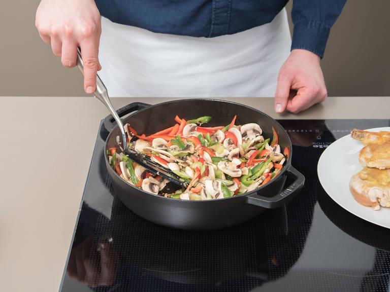 Olivenöl in einer ofenfesten Pfanne über mittlerer bis hoher Hitze erwärmen und Hähnchenbrüste mit der Hautseite nach unten in die Pfanne legen. Mit Salz und Pfeffer würzen und von beiden Seiten anbraten. Anschließend aus der Pfanne nehmen und beiseitelegen. Geschnittene Zwiebel, Knoblauch und Gemüse in die Pfanne geben und ca. 3 Min. anbraten.