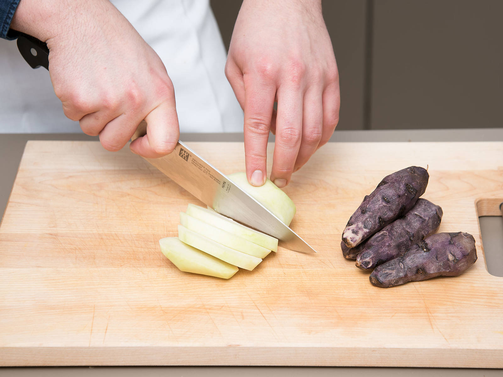 Peel potatoes and kohlrabi and cut into small pieces. Cook in salted boiling water for approx. 15 min. or until tender.