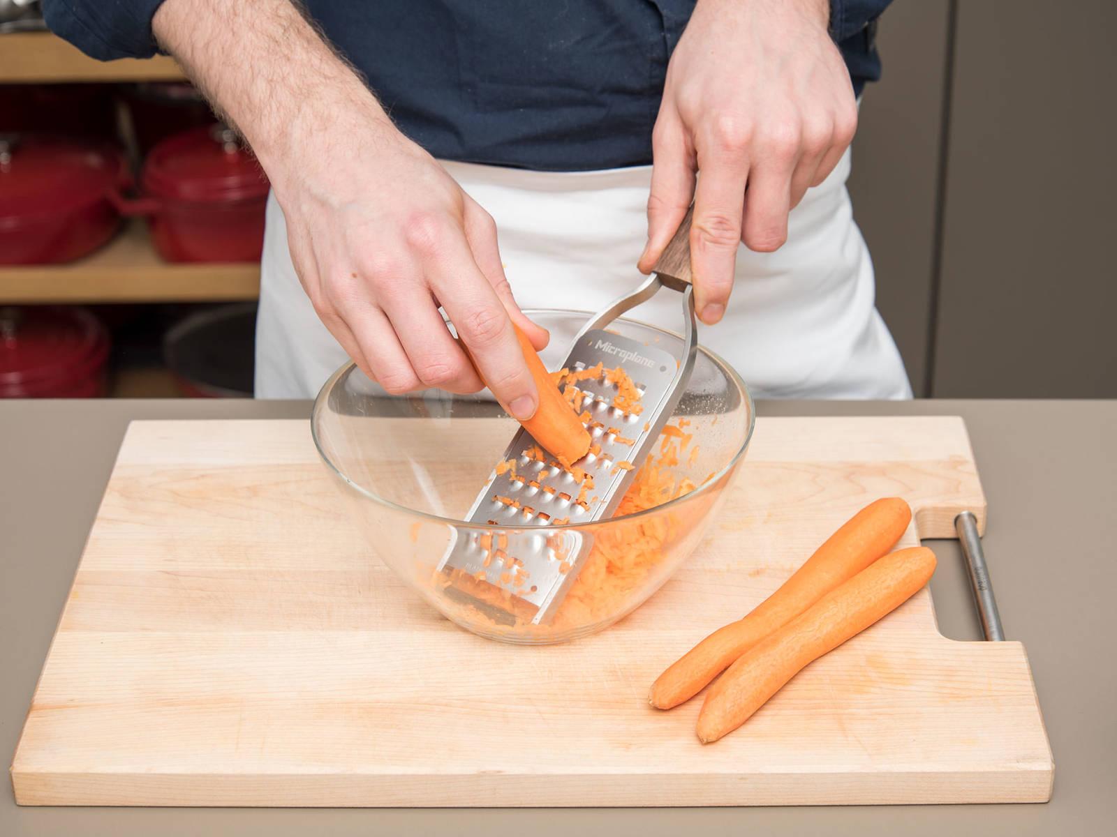 将烤箱预热至170℃。用黄油润滑脱底烤盘。胡萝卜削皮后刨丝待用。分离鸡蛋,分别放到两个小碗中。