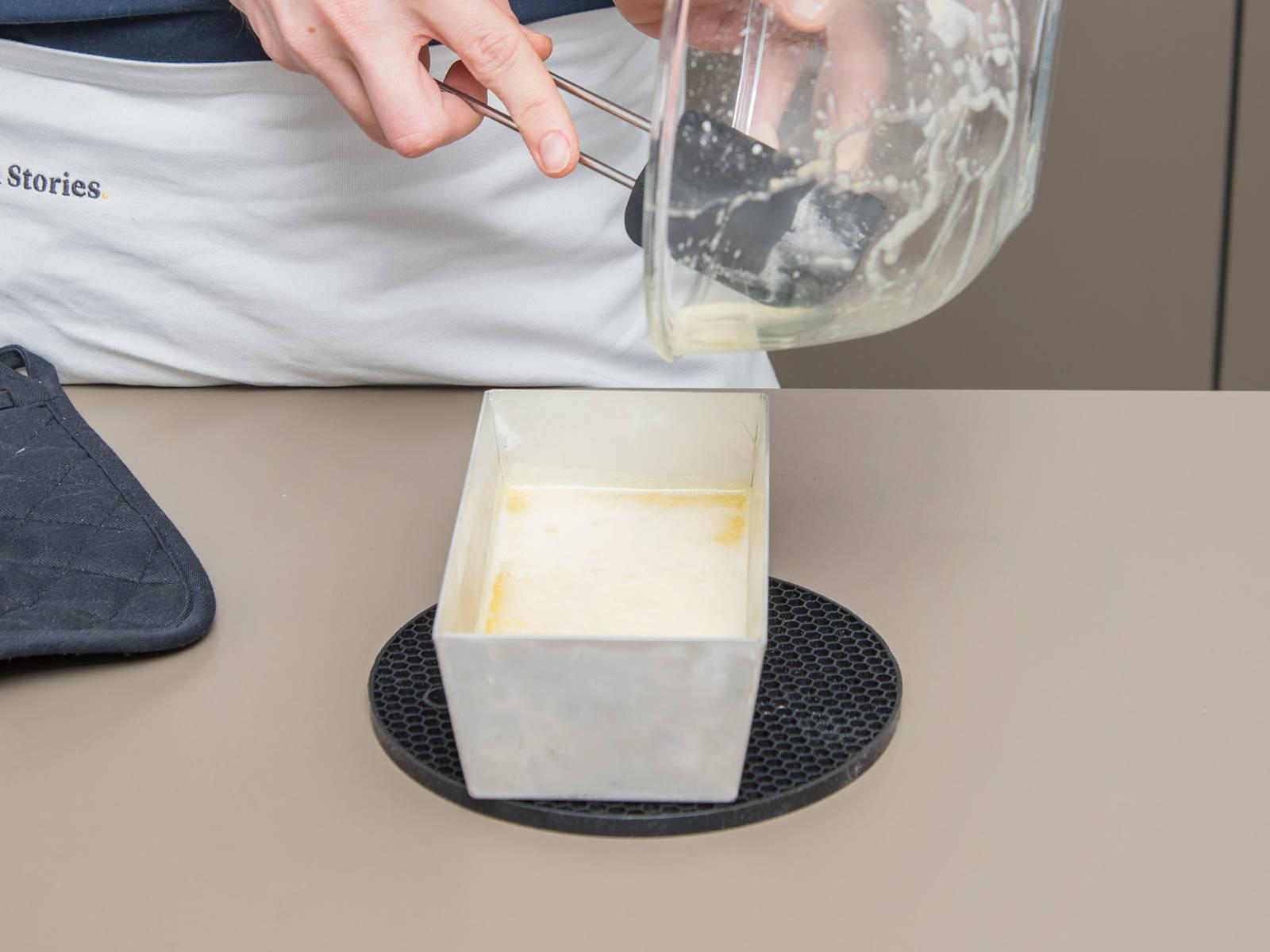 将长烤盘从烤箱中取出,涂上柠檬混合物后放回烤箱中以170℃再烤25分钟。烤好后取出放凉,切条享用,也可以视个人喜好撒上糖粉。