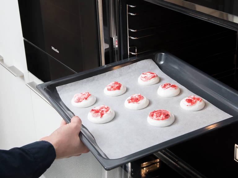 将蛋白饼放入烤箱中,以90℃烤3-4小时,直至蛋白饼变干。