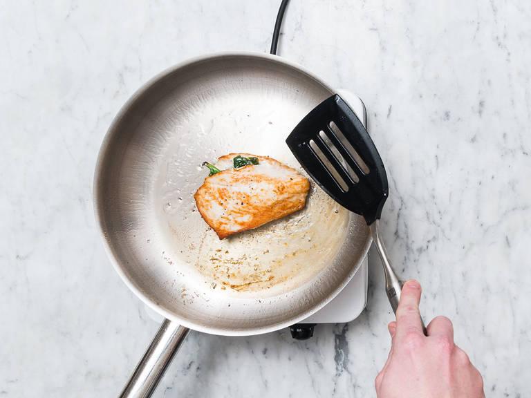 Währenddessen Hähnchenbrust waschen und mit Küchenpapier trocken tupfen. Auf der Längsseite einschneiden und mit der Spinat-Feta-Mischung füllen. Pflanzenöl in einer zweiten Pfanne über mittlerer bis hoher Hitze erwärmen und die gefüllte Hähnchenbrust in die Pfanne geben. Mit Salz und Pfeffer würzen und von beiden Seiten ca. 2 Min. scharf anbraten. Hitze reduzieren und ca. 5 - 8 Min. gar ziehen lassen. Nach Bedarf mit Salz und Pfeffer nachwürzen.