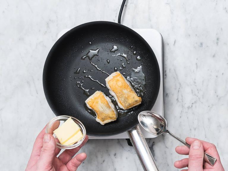 Zanderfilet in serviergroße Stücke portionieren, salzen und mit Mehl bestäuben. Restliches Olivenöl in einer Pfanne erhitzen. Zanderfilets über mittlerer Hitze zunächst auf der Hautseite goldbraun braten. Anschließend wenden und die Hitze reduzieren. Butter dazugeben und die Filets kurz darin braten. Aus der Pfanne nehmen und überschüssiges Fett auf Küchenpapier abtropfen lassen.