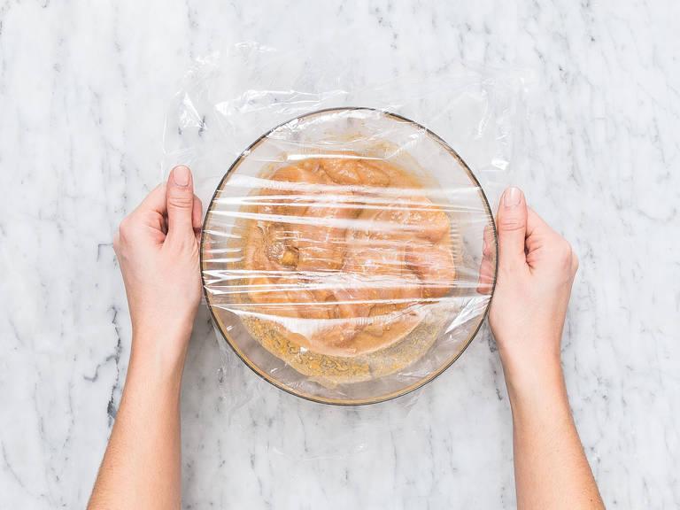 Hähnchenbrust in Streifen schneiden und in eine Schüssel legen. Zwei Drittel der Marinade und Sesamöl dazugeben und vermengen, bis die Hähnchenbruststreifen rundum bedeckt sind. Die Schüssel mit Frischhaltefolie abdecken und ca. 2 Std., oder über Nacht im Kühlschrank ruhen lassen.