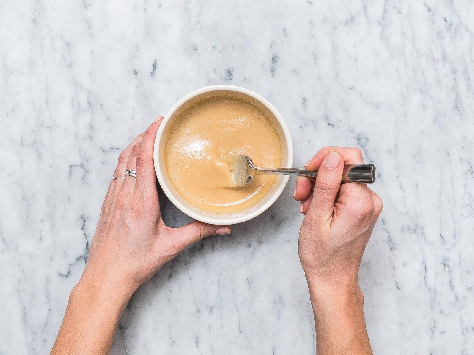 在一只小碗中,将剩余的酱汁与花生酱、水、剩余的芝麻油、盐混合,制作沙爹酱。如果太粘稠,可以加些水稀释。