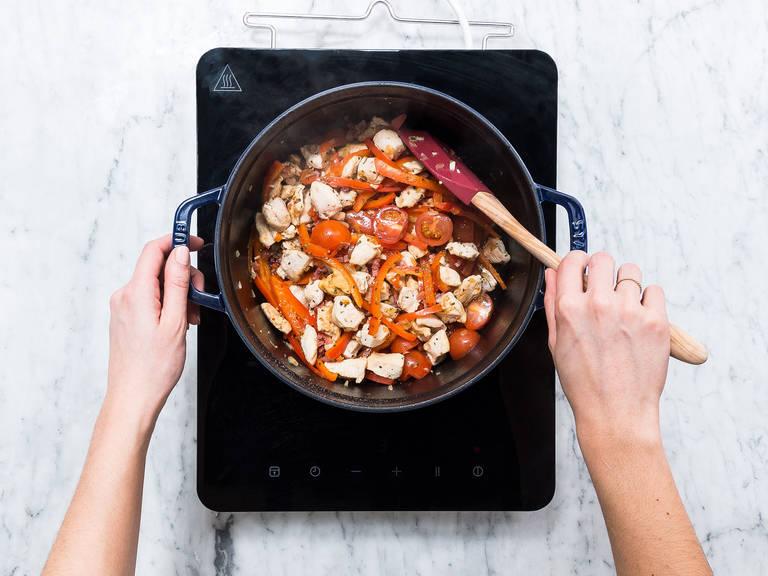Hähnchenbrust in mundgerechte Stücke schneiden und Speck würfeln. Paprikaschoten in dünne Streifen schneiden und Cherrytomaten halbieren. Zwiebel und Knoblauch schälen und fein hacken. Olivenöl in einem großen Topf erhitzen und Hähnchen darin für ca. 5 Min. über mittlerer Hitze anbraten. Speck, Zwiebel und Paprika dazugeben, mit Salz und Pfeffer würzen und für ca. 3 Min. kochen. Knoblauch, Oregano, Zucker und Cherrytomaten in den Topf geben. Für ca. 3 Min. kochen, bis die Flüssigkeit verdunstet ist.