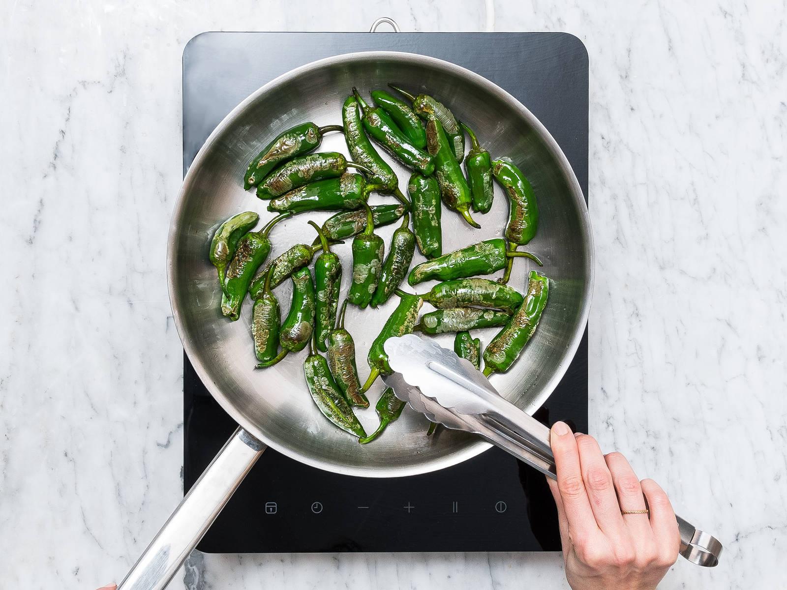 Padrón Paprikaschoten gut waschen und mit Küchenpapier trocknen. Pflanzenöl in einer Pfanne erhitzen, Paprikaschoten dazugeben und über mittlerer bis hoher Hitze für ca. 5 - 6 Min. anbraten. Mit einer Zange mehrmals wenden, bis die Haut der Paprika bräunlich wird und Bläschen bildet. Aus der Pfanne nehmen und auf einem Küchenpapier abtropfen lassen und mit Meersalz bestreuen. Mit Knoblauch-Dip servieren. Guten Appetit!