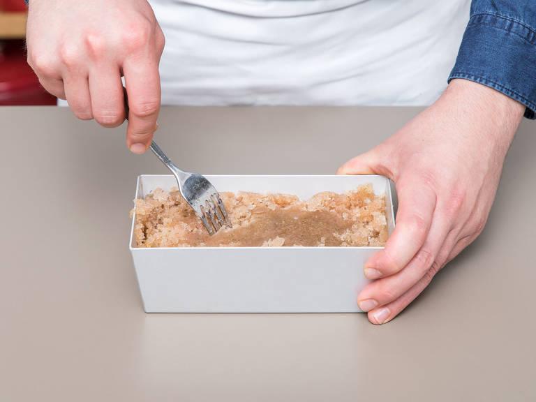 Den abgekühlten Mix in eine Backform füllen und ca. 2 Std. in den Gefrierschrank stellen. Anschließend herausnehmen und das Sorbet mit einer Gabel auflockern. Erneut ca. 2 Std. einfrieren. Danach sollte das Sorbet gefroren, aber nicht hart sein. Nochmals in den Zerkleinerer geben.