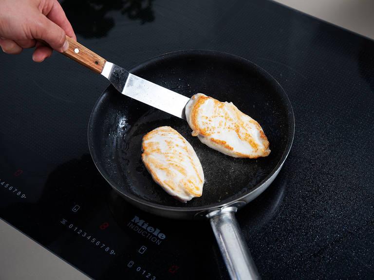 在煎锅中,中火烘烤杏仁片3分钟,或直至杏仁片变成金色。关火取下,置于一旁待用。在鸡胸肉上盐与胡椒,在烤杏仁片的锅中加热剩余的橄榄油,倒入鸡肉,各面煎4分钟,直至煎熟。关火取下,稍微放凉后切片或者撕成肉丝。将鸡肉、杏仁片和剩余的蓝莓倒入盛有沙拉的碗中。拌入蓝莓油醋汁,尽情享用吧!