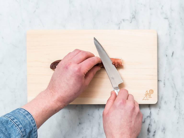 将熟章鱼切成薄片,待用。