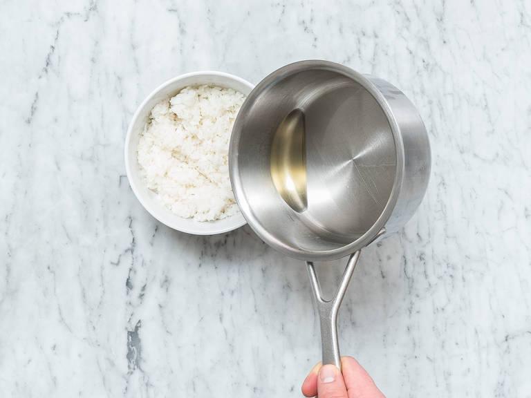在一个小汤锅中,加热糖、盐、米醋、味淋,直至糖和盐彻底溶解。在碗中盛好煮熟的寿司米,淋上煮好的酱汁,用橡胶刮刀搅拌均匀。盖上微湿的厨房纸,待其降至室温。