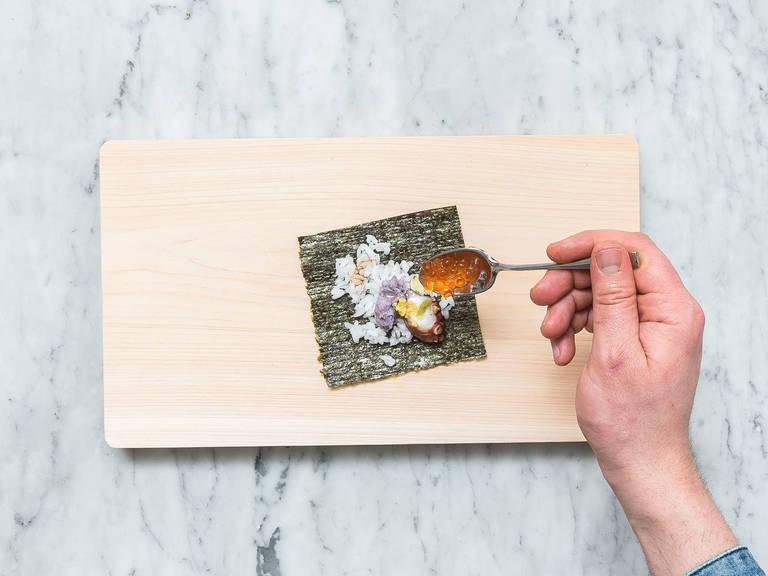 生姜去皮擦泥后,放置一旁。将海苔剪成正方形,在中间放上一汤匙寿司米、一茶匙紫薯泥、一片章鱼和半茶匙三文鱼鱼籽。挤上芥末,淋上梅子酱,倒上酱油,放上生姜泥。将紫菜片卷成一个圆锥状。尽情享用吧!