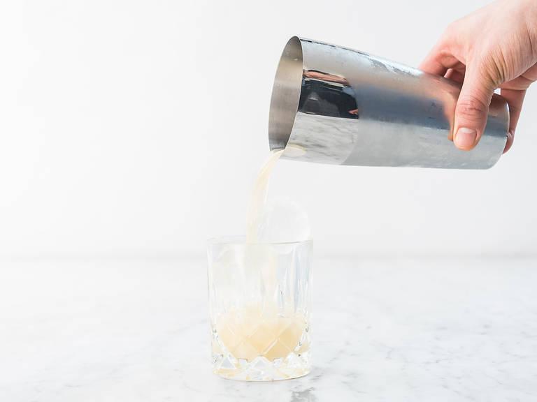 In ein mit Eiswürfeln gefülltes Old Fashioned Glas gießen und mit Orangenzeste garnieren. Prost!
