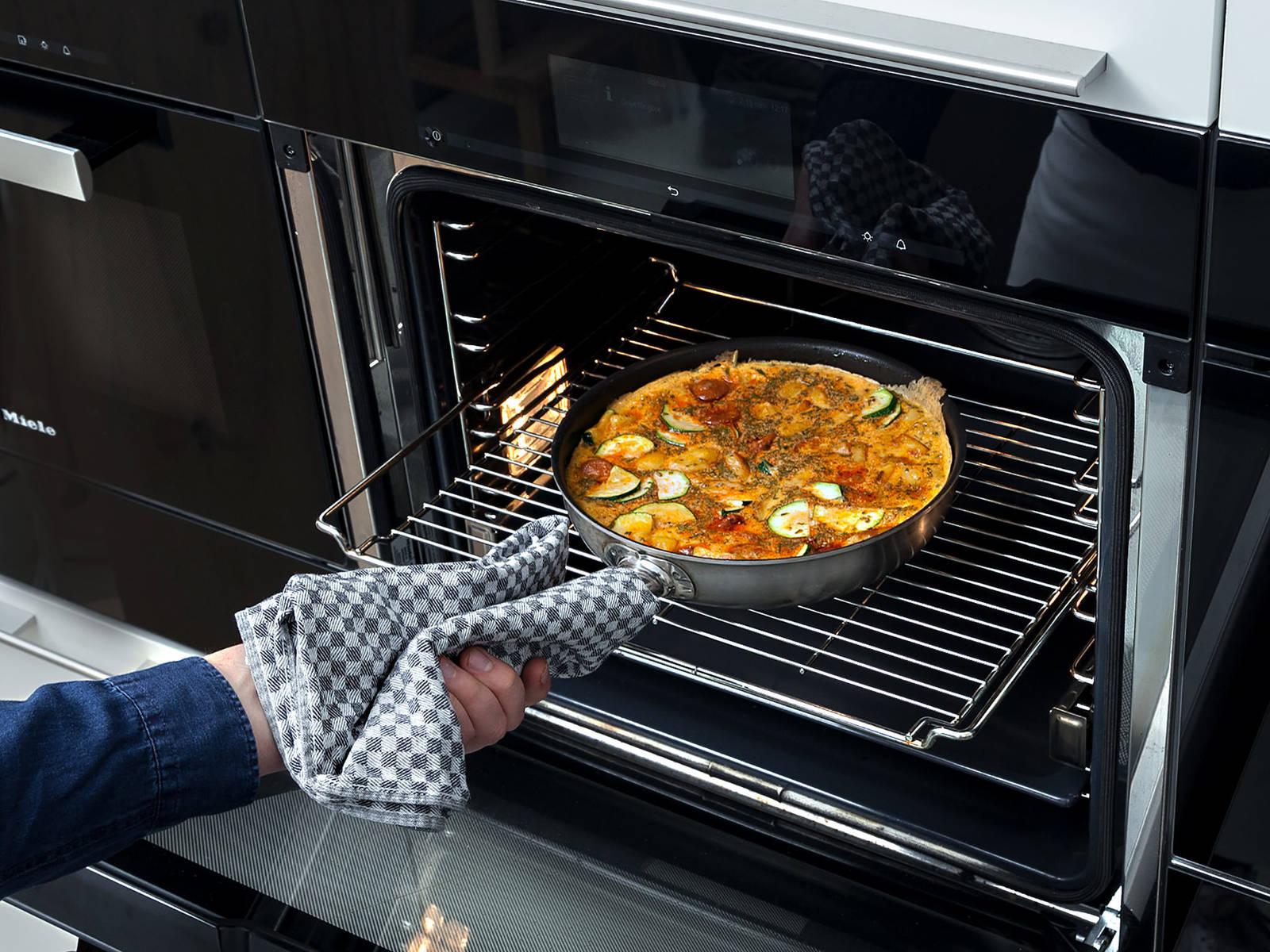 往锅中倒入蛋液,放进烤箱,以180℃烤10分钟。