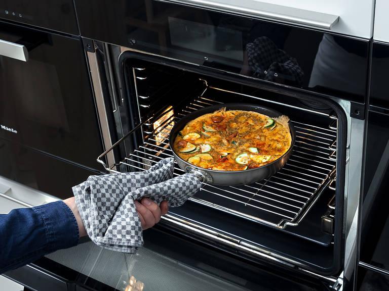 Eiergemisch in die Pfanne gießen und im Backofen bei 180°C für ca. 10 Min. backen.
