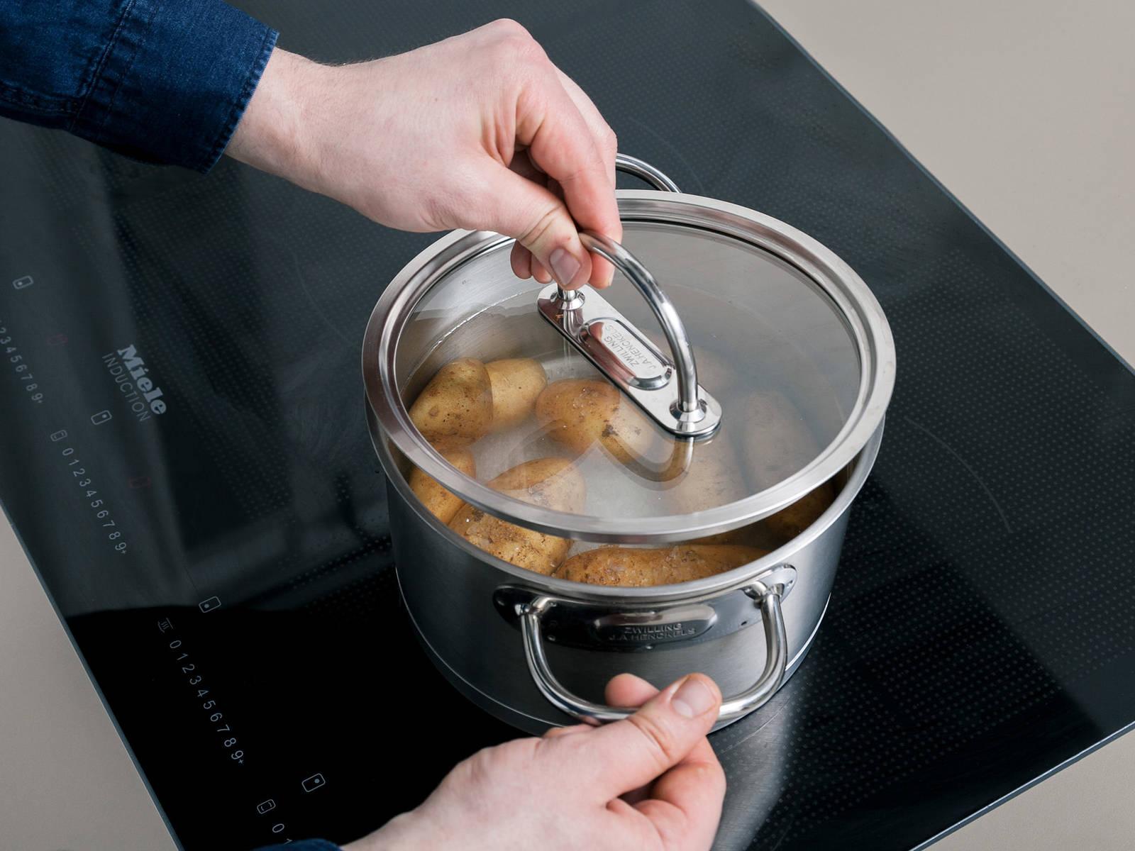 Frühkartoffeln waschen und zusammen mit Meersalz in einen Topf geben. Mit Wasser auffüllen, bis die Kartoffeln vollständig bedeckt sind. Abgedeckt für ca. 25 Min. kochen lassen.