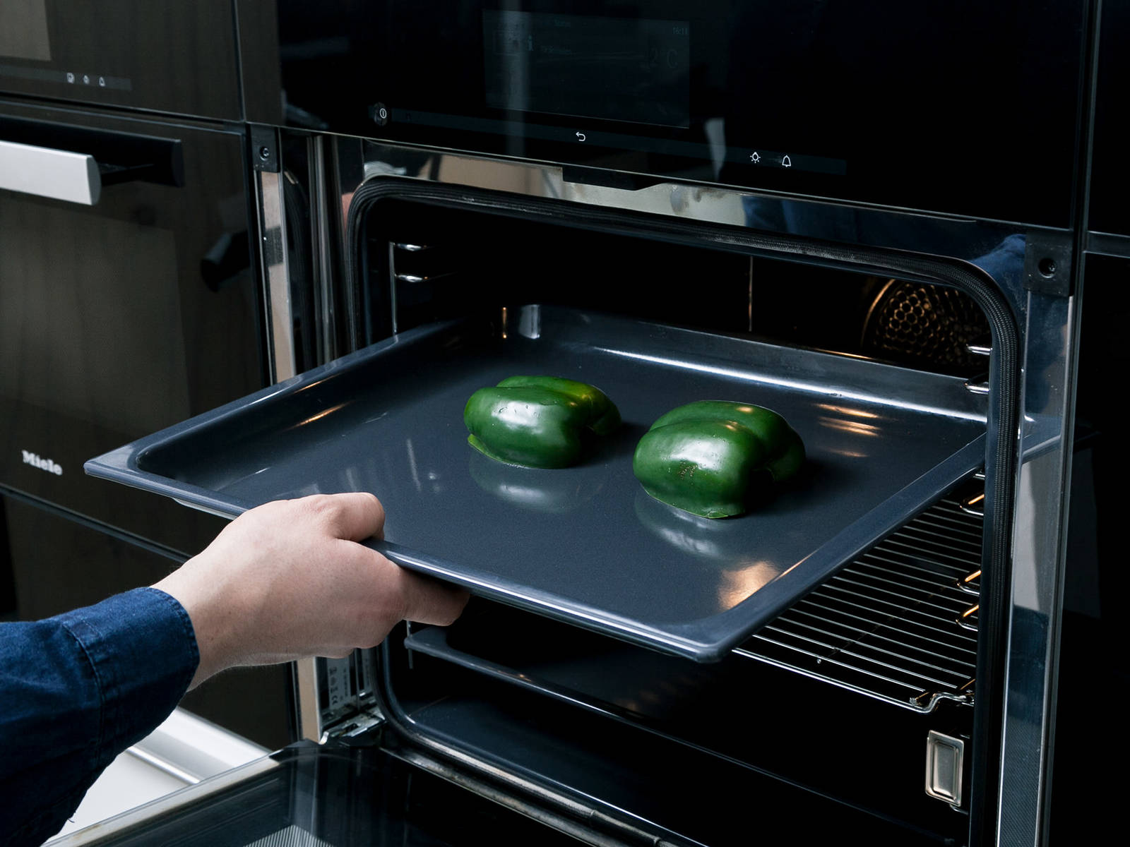 Pre-heat oven to 180°C/350°F. For the mojo verde, wash and halve bell pepper and chili. Core the bell pepper and lay it onto a baking sheet. Bake in oven for approx. 25 min. Remove from oven, let cool, and remove the skin.