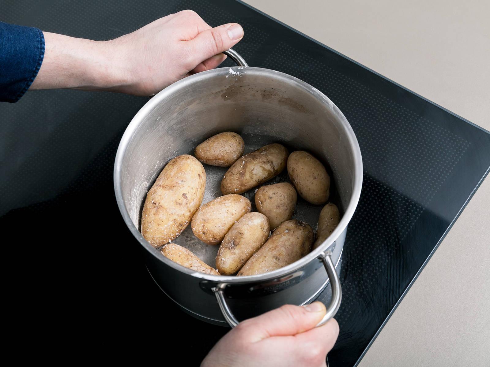 Das Wasser aus dem Topf fast vollständig abgießen, sodass noch ein kleiner Rest bleibt. Die Kartoffeln im Topf ohne Deckel erhitzen, bis das Wasser verdampft. Den Topf dabei ab und zu schwenken. Auf diese Weise bekommen die Kartoffeln ihre typische Salzkruste.