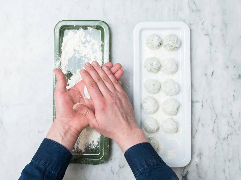 Ricotta, Spinat, aufgeschlagene Eier, gemahlenen Muskat und Salz in eine große Schüssel geben und vermengen. Die Masse sollte eine dickliche und kompakte Textur aufweisen. Mehl auf einen Teller geben. Jeweils etwa einen Esslöffel der Ricotta-Spinat-Masse mit den Händen zu einem walnussgroßen Bällchen formen und in dem Mehl rollen, sodass das Bällchen rundum damit bedeckt ist. Auf einen zweiten Teller mit Mehl geben und mit der restlichen Ricotta-Spinat-Masse genauso weiter verfahren.