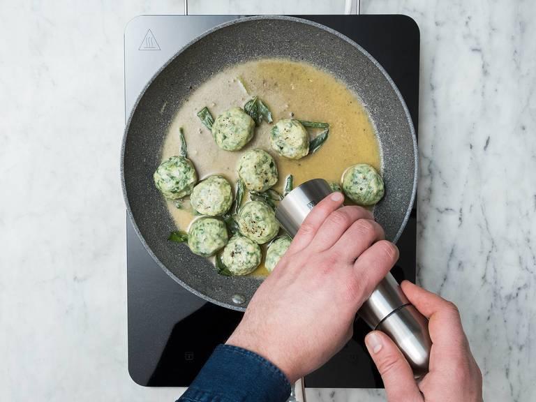 In der Zwischenzeit Butter in einer Pfanne über mittlerer Hitze schmelzen und die Salbeiblätter hinzugeben. Sobald die Butter geschmolzen ist und langsam zu bräunen beginnt, etwa 2 – 3 Esslöffel Kochwasser der Gnudi zugeben. Die Pfanne leicht schwenken, sodass sich eine dickflüssige Soße bildet. Mit Salz und Pfeffer abschmecken und wenn nötig noch etwas Kochwasser zugeben.