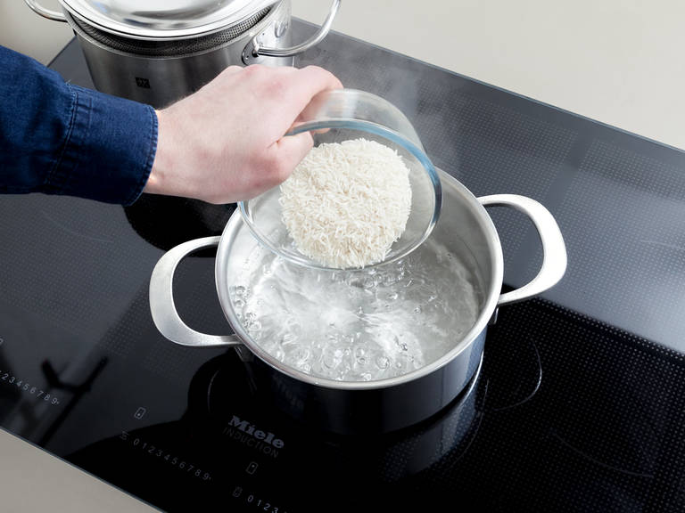 Meanwhile, wash rice with cold water and cook according to package instructions for approx. 15 min. Remove any excess water and set aside.