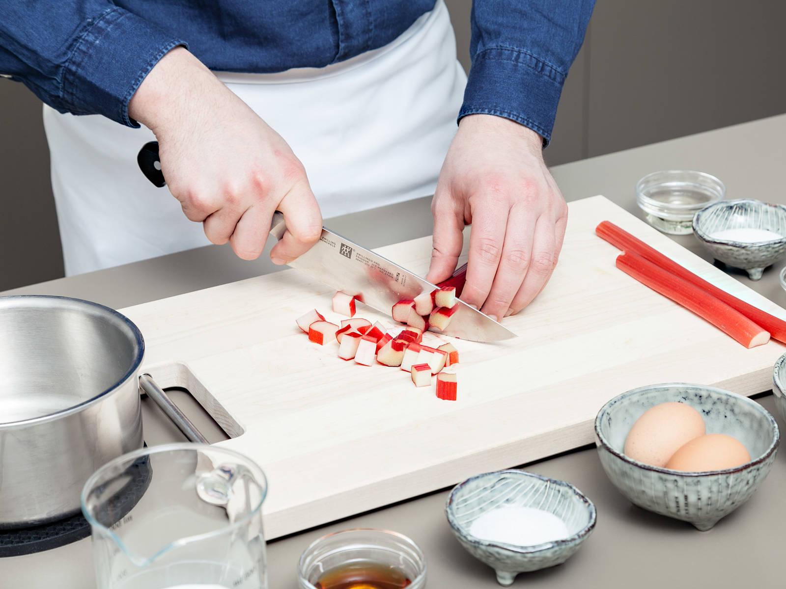 Rhabarber gründlich waschen und in etwa 3 cm dicke Stücke schneiden. Zusammen mit Zucker und Weißwein in einen Topf über mittlerer Hitze geben und für ca. 10 Min., oder bis der Rhabarber weich ist, kochen.