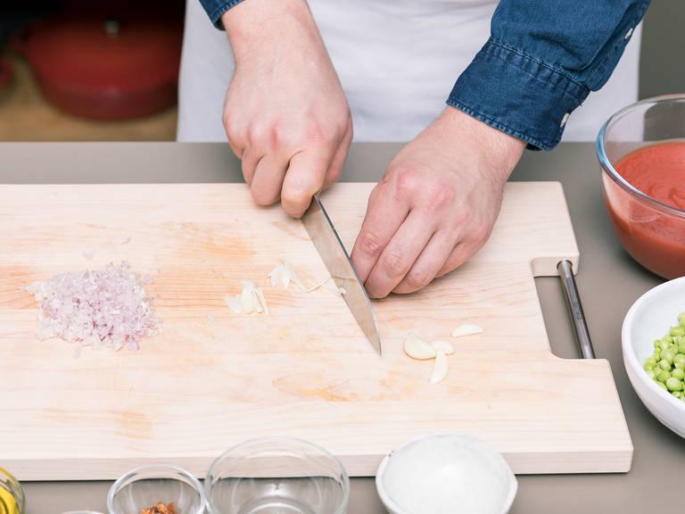 Wasser in einem Topf über mittlerer bis hoher Hitze zum Kochen bringen. Schalotten und Knoblauchzehen schälen und fein hacken.