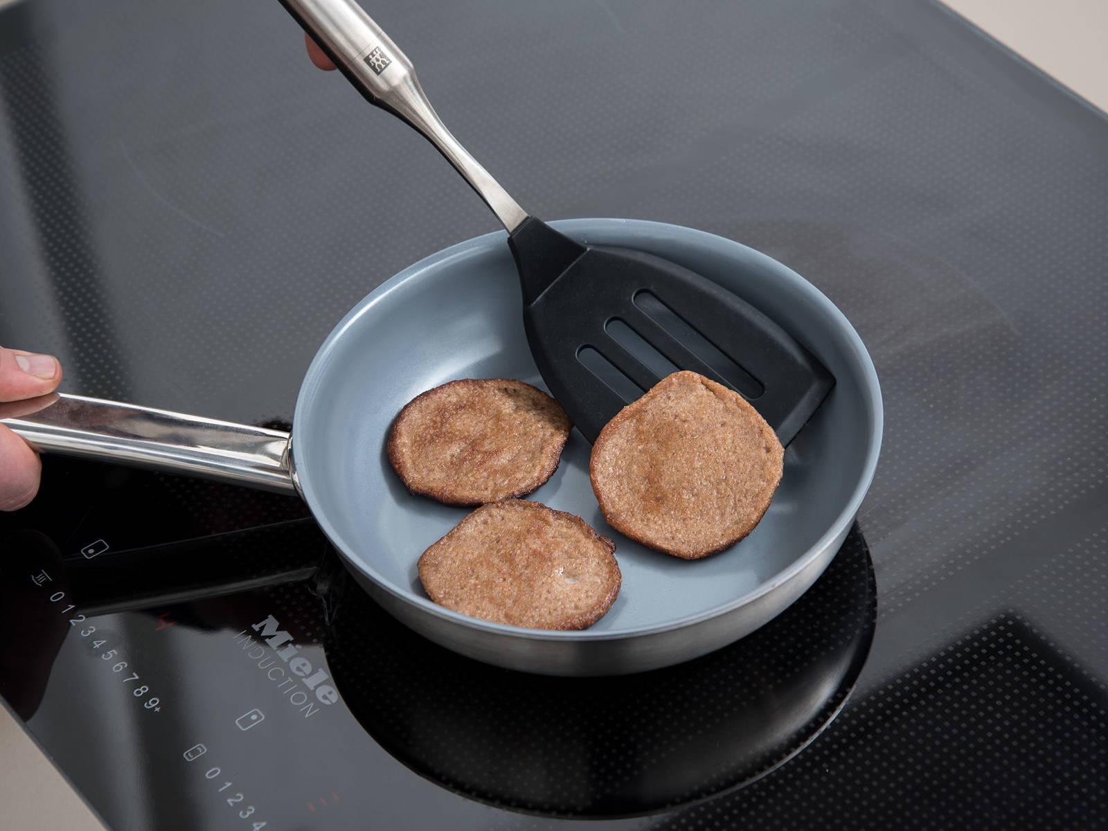 Eine Pfanne über mittlerer Hitze erwärmen. Für jeden Pancake etwa 2 Teelöffel Teig in die Pfanne geben, kreisförmig verstreichen und ca. 2 Min. braten, oder bis die Pancakes goldbraun sind. Mit einem Pfannenwender umdrehen und von der anderen Seite nochmal ca. 2 Min. anbraten. Warm mit Ahornsirup, Bananenscheiben und gerösteten Mandeln servieren. Guten Appetit!