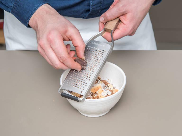 Zartbitterschokolade hacken. Sobald die Quinoa gar ist, den Topf vom Herd nehmen, die Zimtstange entfernen und die gehackte Schokolade unterrühren, bis sie vollständig geschmolzen ist. Abgedeckt ca. 5 - 10 Min. ziehen lassen, bis die Flüssigkeit fast vollständig aufgesogen ist. Wenn die Quinoa-Mischung zu dick ist, mehr Mandelmilch dazugeben, bis die gewünschte Konsistenz erreicht ist. Quinoa in Schüsseln servieren. Mit Schokoladenraspeln, Kokosblütenzucker und gerösteten Kokoschips garnieren. Guten Appetit!