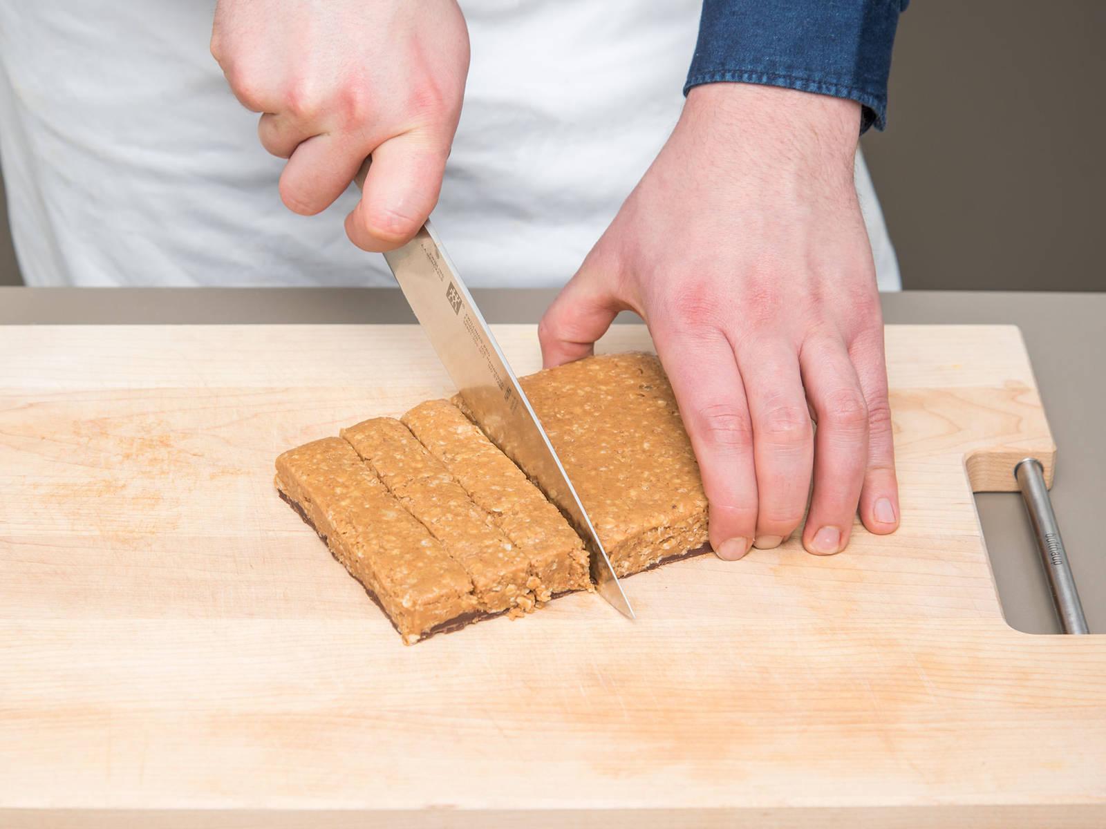 Die Auflaufform aus dem Gefrierschrank nehmen und die Masse in gleich große Riegel schneiden. Mit Meersalz bestreuen und in einem luftdichten Gefäß im Kühlschrank lagern. Guten Appetit!