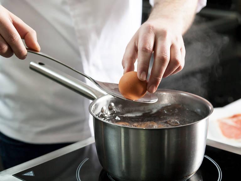 Backofen auf 180°C vorheizen. Einen Teil der Eier in einen Stieltopf mit Salzwasser geben und ca. 8 Min. hart kochen.