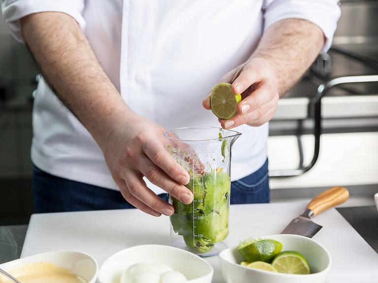 Avocados halbieren und Kerne entfernen. Das Fruchtfleisch herausheben und in einen weiteren Messbecher geben. Limetten und Chilischote halbieren. Chilischote in den Messbecher geben und Limettensaft direkt hineinpressen. Koriander zugeben. Mit Salz und Pfeffer abschmecken, Olivenöl zugeben und pürieren. Die Avocadocreme anschließend in einen Spritzbeutel mit Tülle füllen.