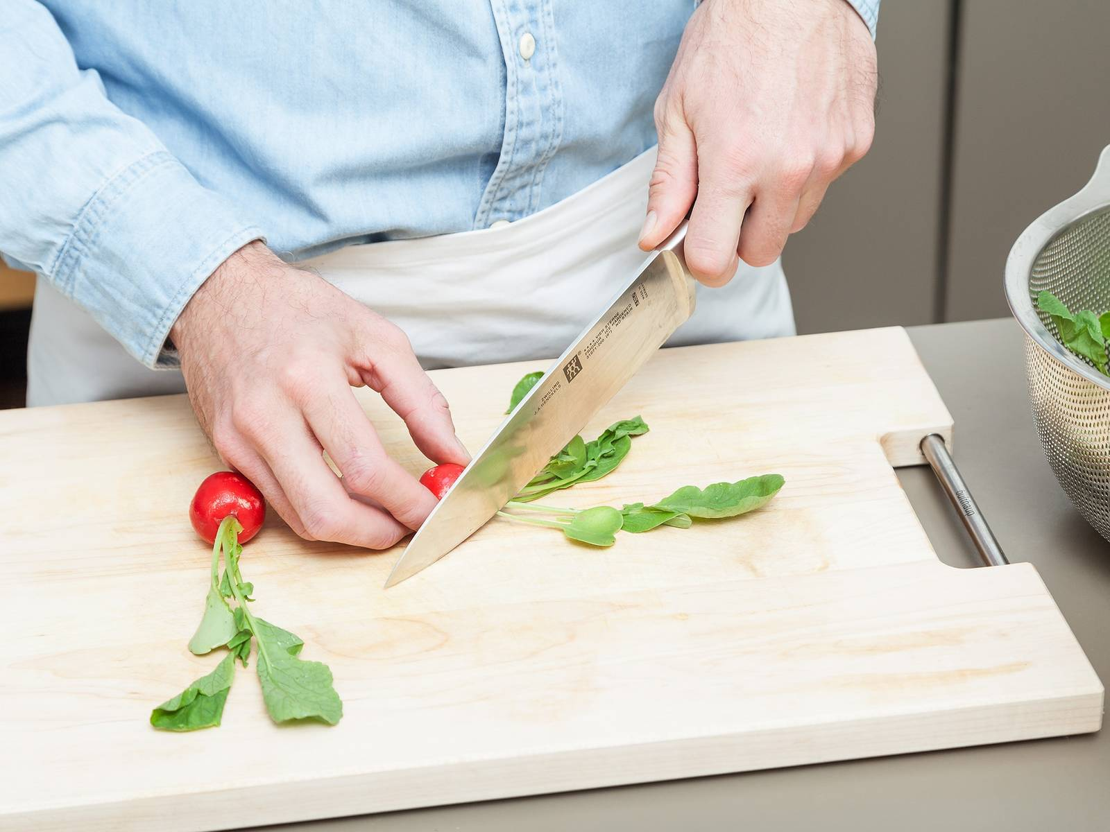 Wash the radishes and their greens and dry well. Cut the green leaves of the radishes, leaving some intact.