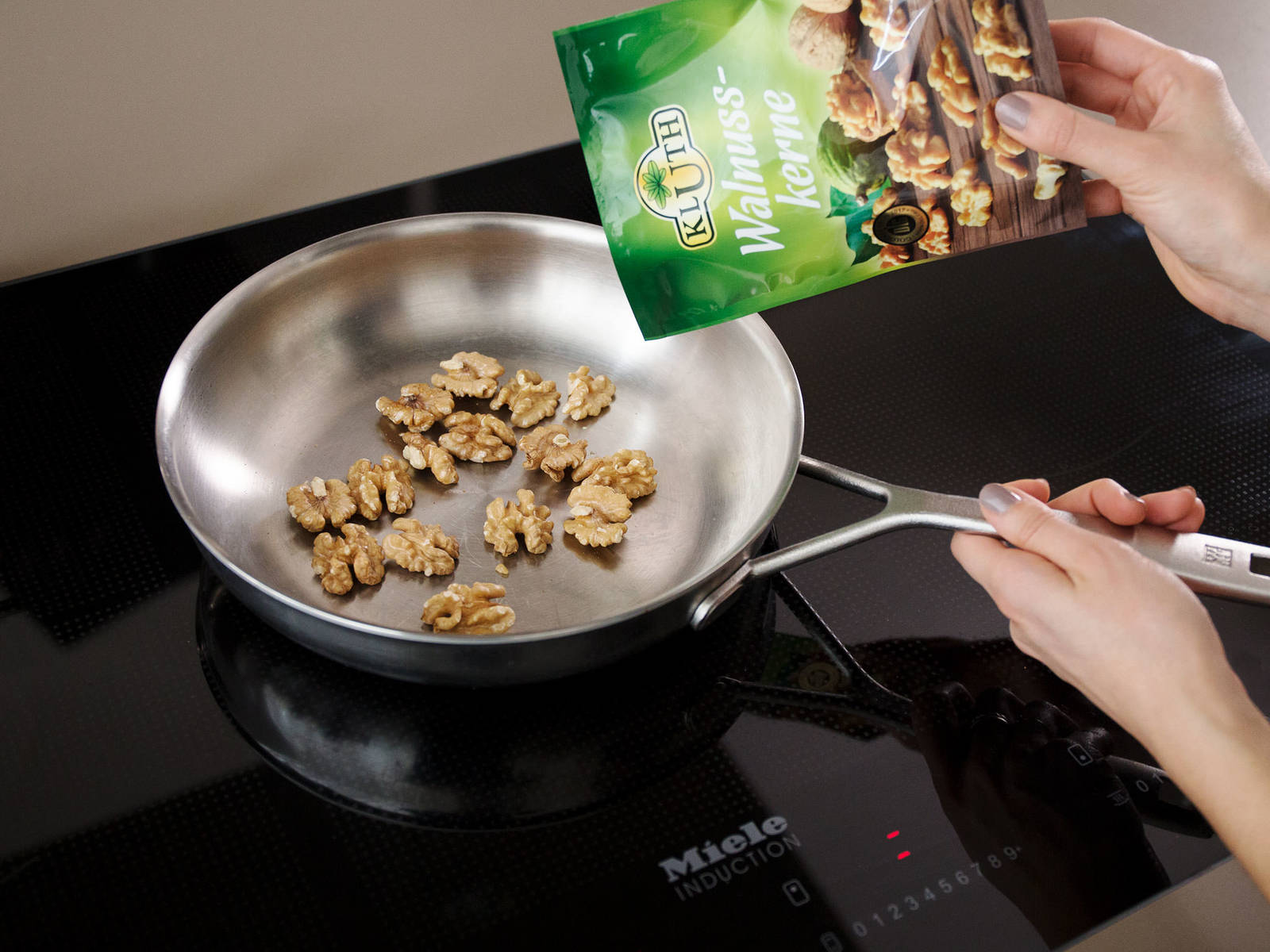 Toast walnuts in a frying pan for approx. 5 min., or until golden all over. Transfer to a cutting board and chop, then set aside.
