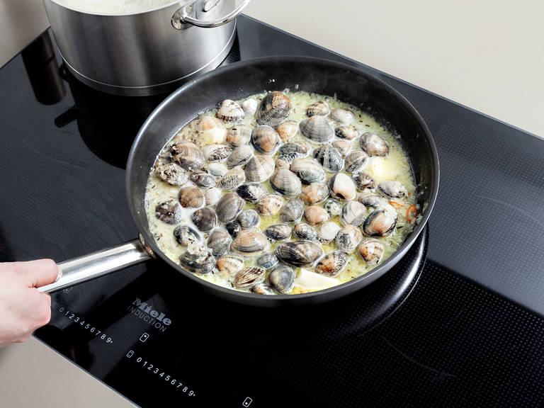 Olivenöl in einer Pfanne erhitzen. Fenchelsamen, Knoblauch, Zwiebeln und Chili in die Pfanne geben und ca. 3 Min. anbraten. Muscheln, Weißwein und Butter dazugeben und abgedeckt ca. 6 - 7 Min. kochen, oder bis alle Muscheln geöffnet sind. Geschlossene Muscheln aussortieren. Spaghetti in die Pfanne geben, in der Soße schwenken und ca. 1 Min. erhitzen. Mit Salz und Pfeffer würzen und mit Petersilie garnieren. Guten Appetit!