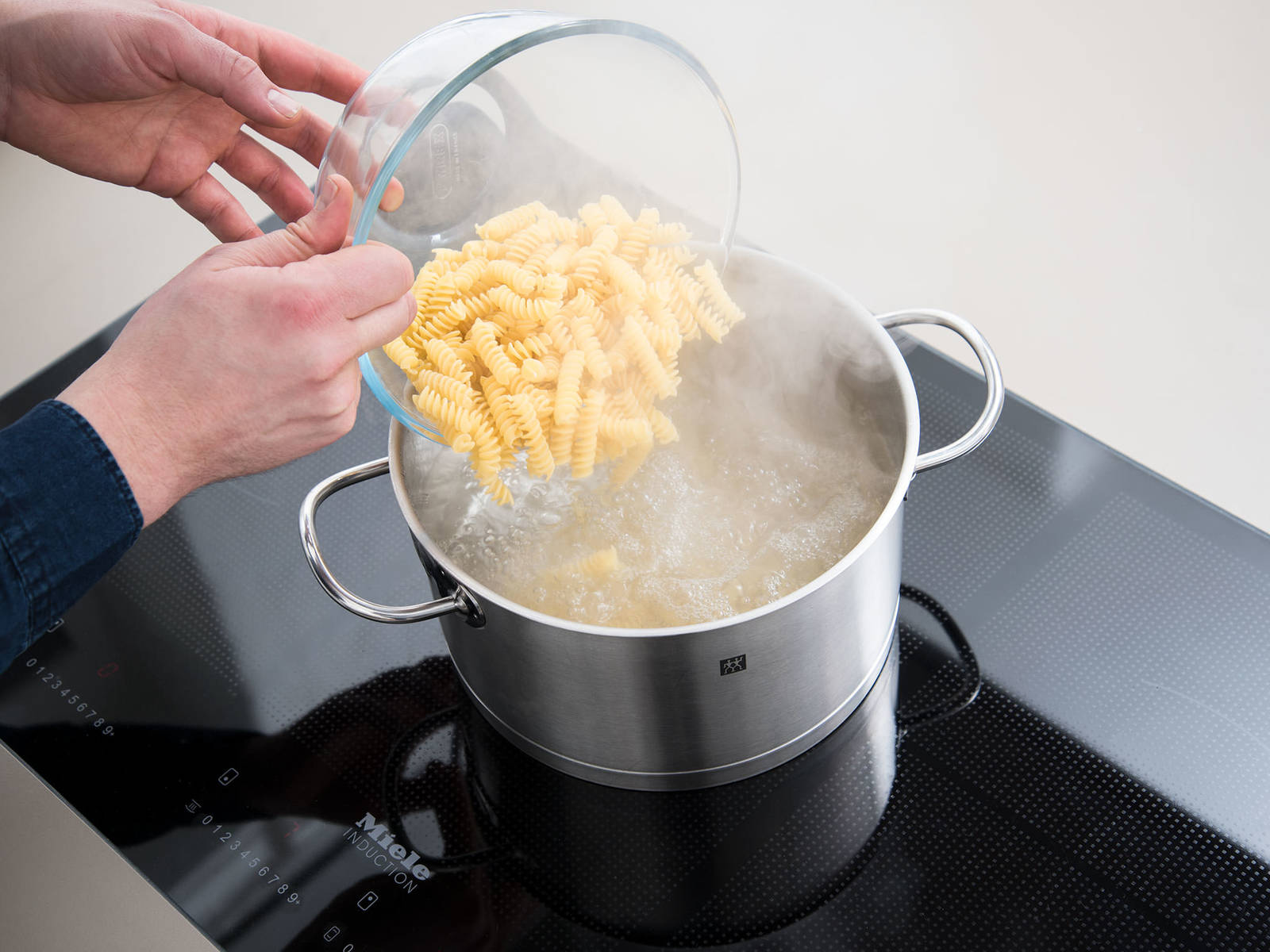 In a pot, bring some water to a boil, add salt and cook pasta according to package instructions until al dente. In the meantime, preheat oven to 200°C/390°F.