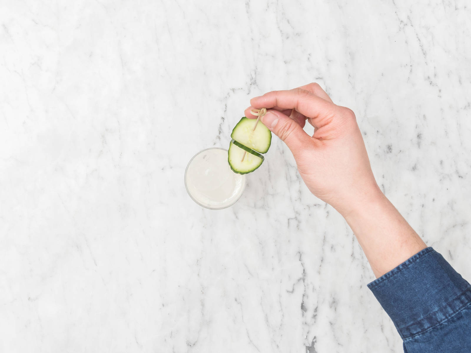 往杯中放入冰块,倒满姜汁啤酒。饰以黄瓜片和柠檬皮碎。尽情享用吧!