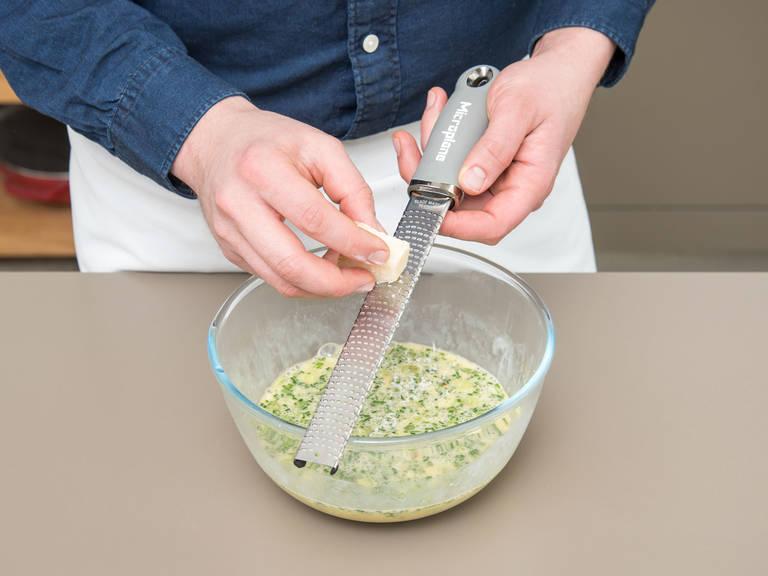 此期间,在一个碗中混合搅拌鸡蛋和奶油。倒入干番茄、小葱和剁碎的草本。帕玛森奶酪擦屑后也倒入其中。撒盐与胡椒,充分搅拌。