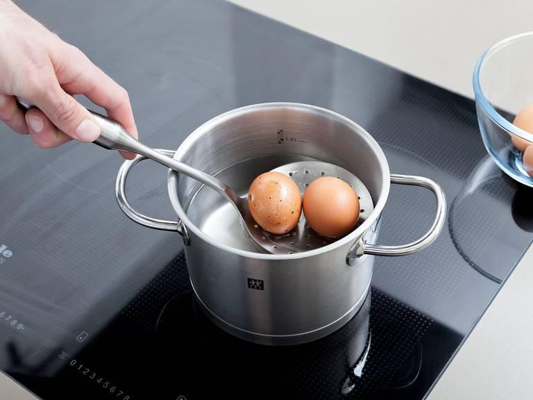 Eier in einen kleinen Topf mit Wasser geben und aufkochen lassen. Hitze reduzieren und die Eier über mittlerer Hitze ca. 8 - 10 Min. fest kochen. Abgießen und abkühlen lassen. Danach Eier schälen und klein schneiden.