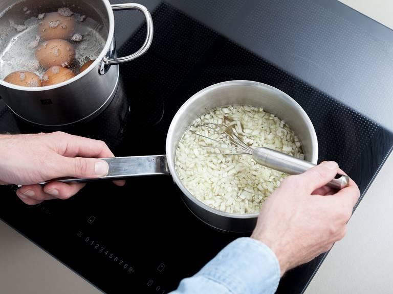 Gemüsebrühe, Essig, Senf und Zwiebeln in einen Stieltopf geben. Mit Pfeffer,  Zucker und Salz würzen. Verquirlen und aufkochen lassen. Anschließend etwas abkühlen lassen und über die Kartoffelscheiben gießen. Ca. 10 Min. ziehen lassen.