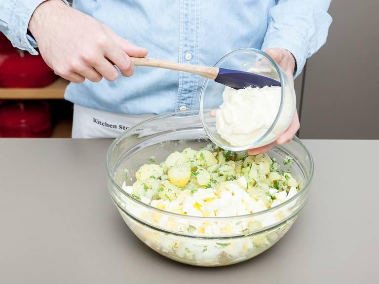 Eier, Gewürzgurken, Petersilie und Dill zu den Kartoffeln geben. Vermengen und Mayonnaise unterheben. Den Kartoffelsalat vor dem Servieren durchziehen lassen und kalt oder bei Raumtemperatur genießen. Guten Appetit!