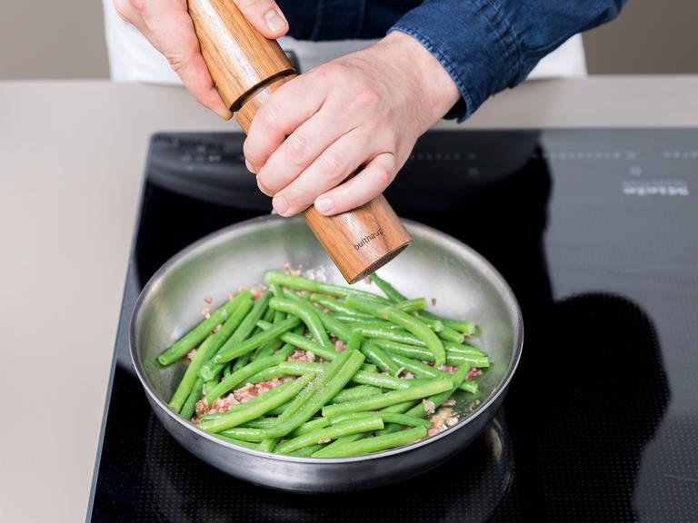 Die restliche Butter in einer Pfanne über mittelhoher Hitze zum schmelzen bringen. Den Speck und die Prinzessbohnen hinzugeben. Mit Salz und Pfeffer abschmecken und zum Schluss das Sommer-Bohnenkraut hinzugeben. Für ca. 3 min anbraten. Die Lammkarrees anschneiden und mit dem Zwiebel-Pürree und den Prinzessbohnen anrichten. Guten Appetit!